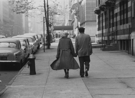 Roy DeCarava, Couple walking, Park Avenue, 1960, David Zwirner