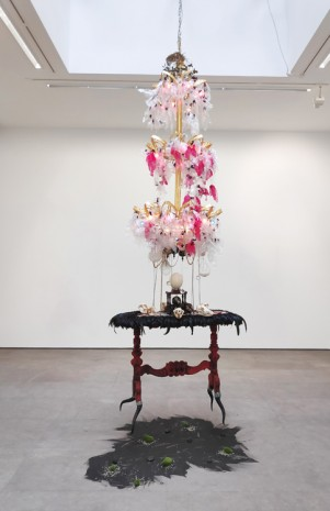 Rina Banerjee , With tinsel and teeth, gem and gem... get back, get back to where you once belonged, 2005, Galerie Nathalie Obadia