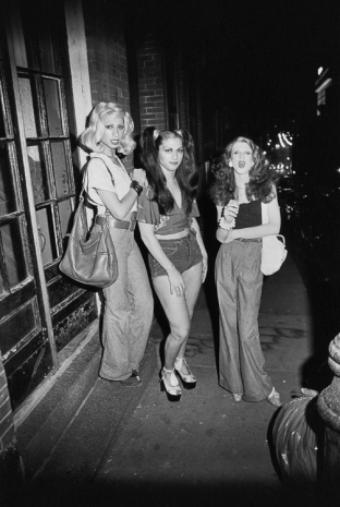 Nan Goldin, Best friends going out, Boston, 1973