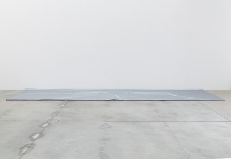 Jason Dodge, Silver tarps that cover a part of the floor, 2014, Galleria Franco Noero