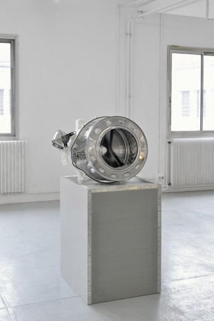 Yngve Holen, Sensitive 6 detergent, 2014, Galerie Chantal Crousel