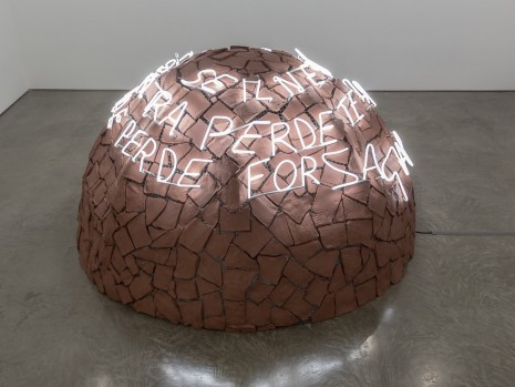 Mario Merz, Igloo di Giap – Se il nemico si concentra perde terreno se si disperde perde forza (Giap Igloo – If the Enemy Masses His Forces, He Loses Ground: If He Scatters, He Loses Strength), 1968/1994, Gladstone Gallery