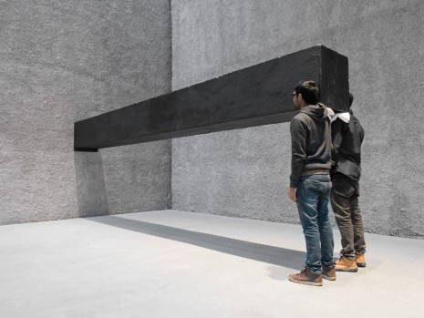 Santiago Sierra, Object measuring 600 x 57 x 52 cm constructed to be held horizontally to a wall, 2001/2016, König Galerie