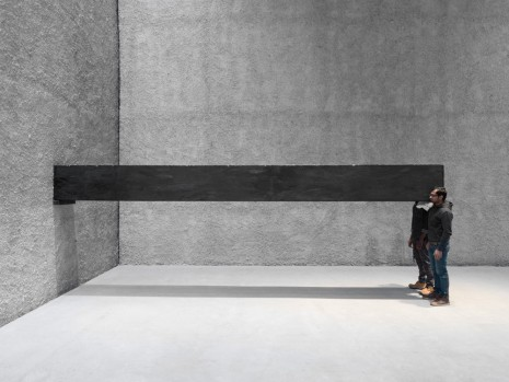 Santiago Sierra, Object measuring 600 x 57 x 52 cm constructed to be held horizontally to a wall (detail), 2001/2016, König Galerie