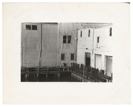 Alvin Baltrop, The Piers (exterior with four figures), n.d. (1975-1986), Galerie Buchholz