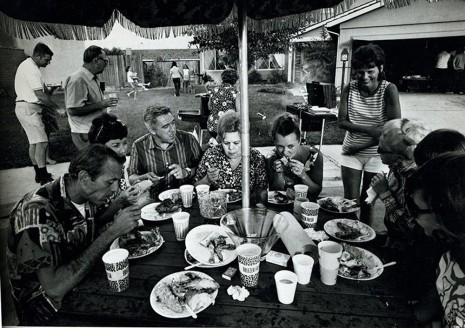 Bill Owens, From Suburbia (Picnic, eating fried chicken), 1972 , Galerie Gabrielle Maubrie