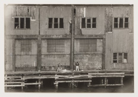 Alvin Baltrop, The Piers (exterior with four figures), 1975-1986, David Zwirner