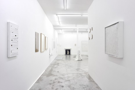 Pierre Ardouvin, Robert Barry, Lisa Beck, Oliver Beer, Florian Bézu..., THIRTY SHADES OF WHITE, Praz-Delavallade